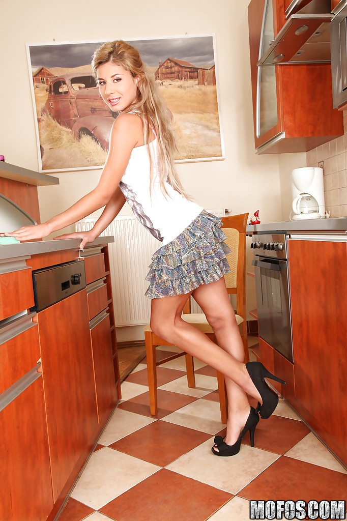 Сладострастная блондинка запихивает подручные предметы в дырки
