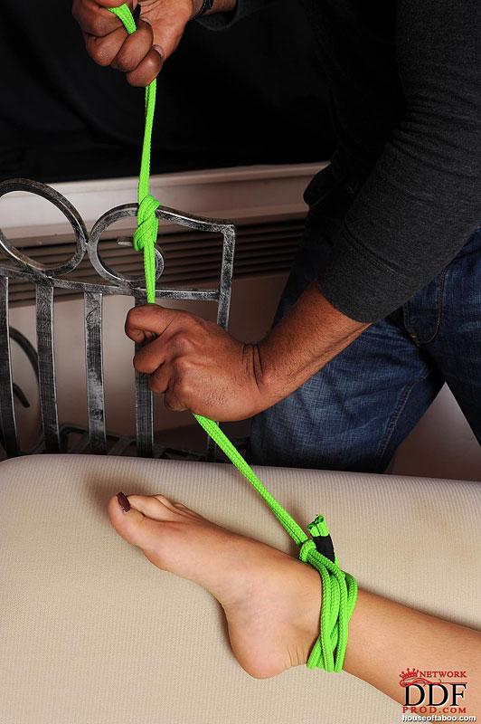 Негр хочет разработать анальную дырочку миниатюрной блондинки