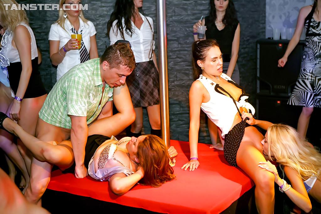 Грязная вечеринка с минетом и групповым сексом