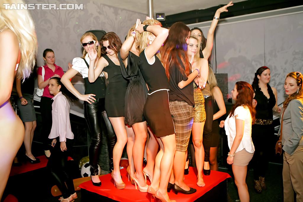 На вечеринке молоденькие девушки сексуально удовлетворились