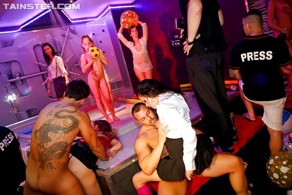 В ночном клубе собрались местные давалки
