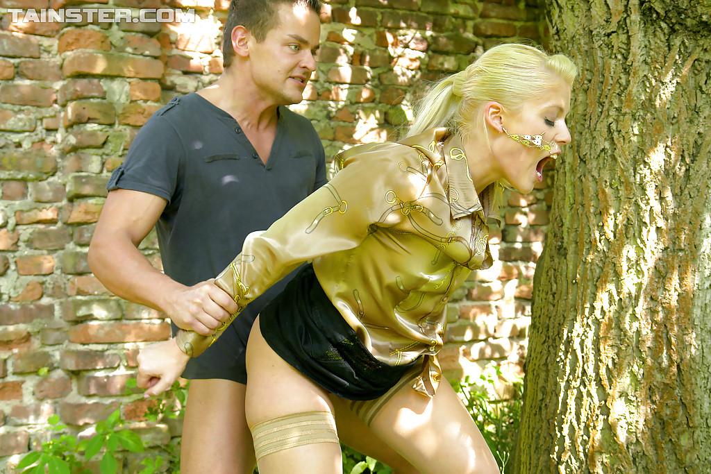 На природе трахнул и обоссал европейскую блондинку