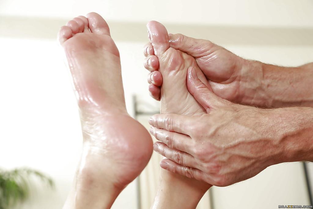 Клиентка подрочила ножками большой пенис массажиста