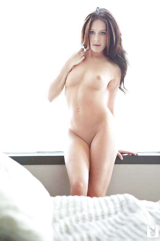 Изумительная брюнетка с потрясающим телом и фигурой