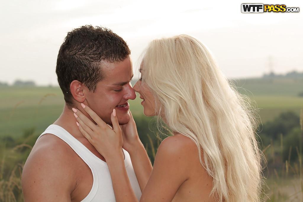 Оральное порно с блондинистой девушкой Victoria Puppy на природе