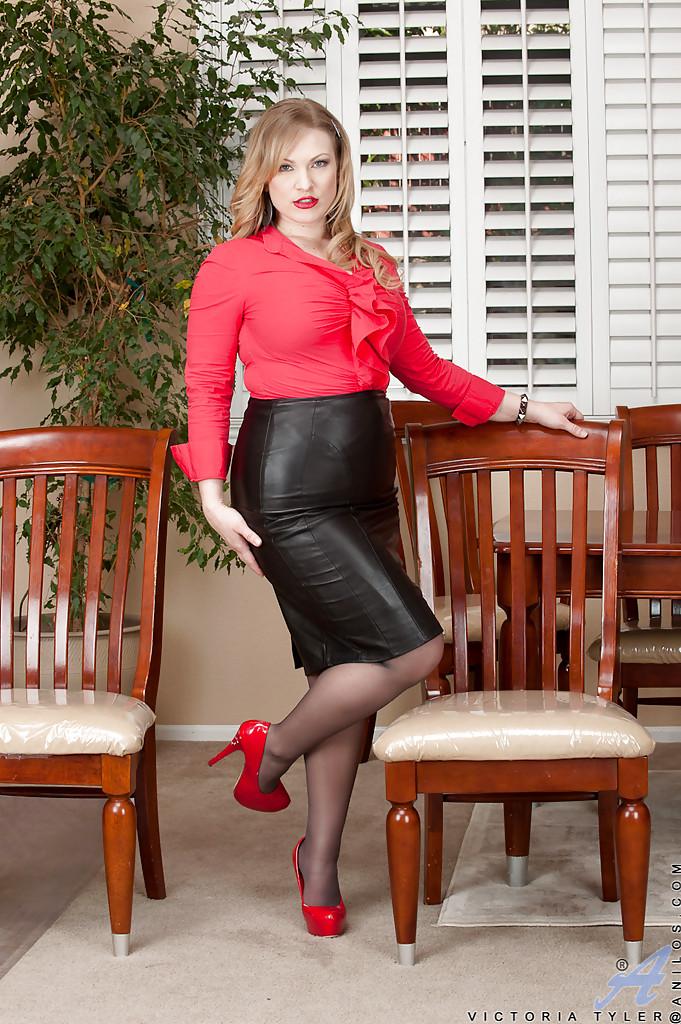 Аппетитная блондинка Victoria Tyler в колготках