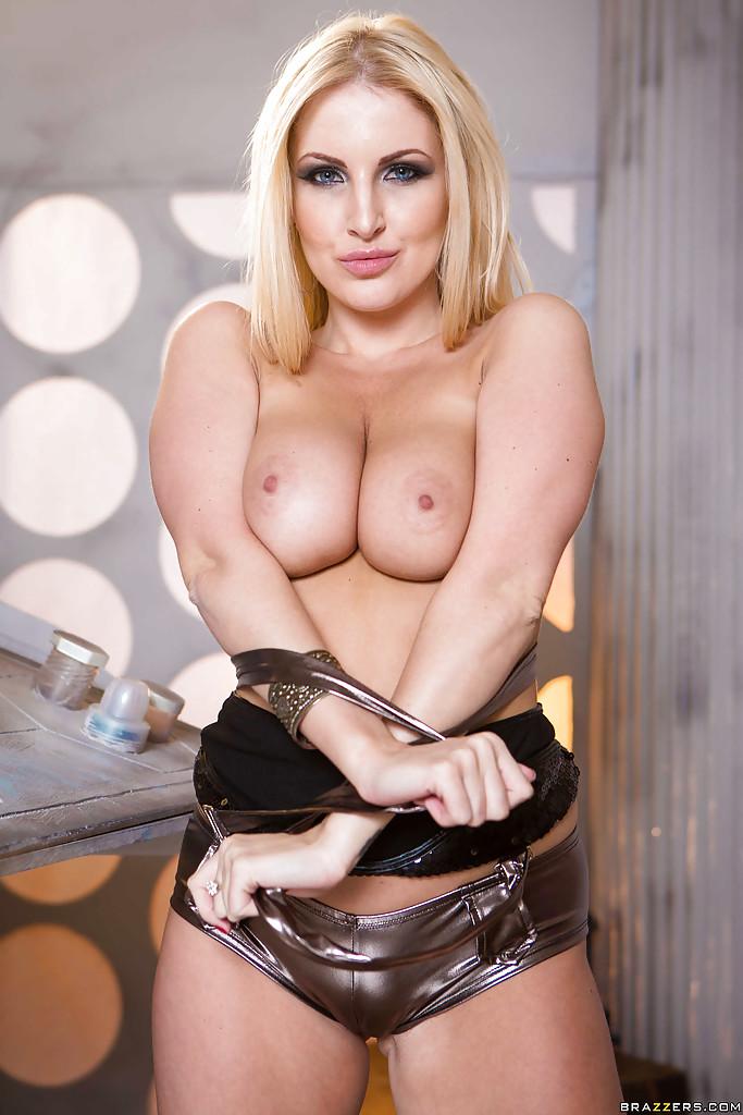 Восхитительная европейская блондинка лапает себя за грудь