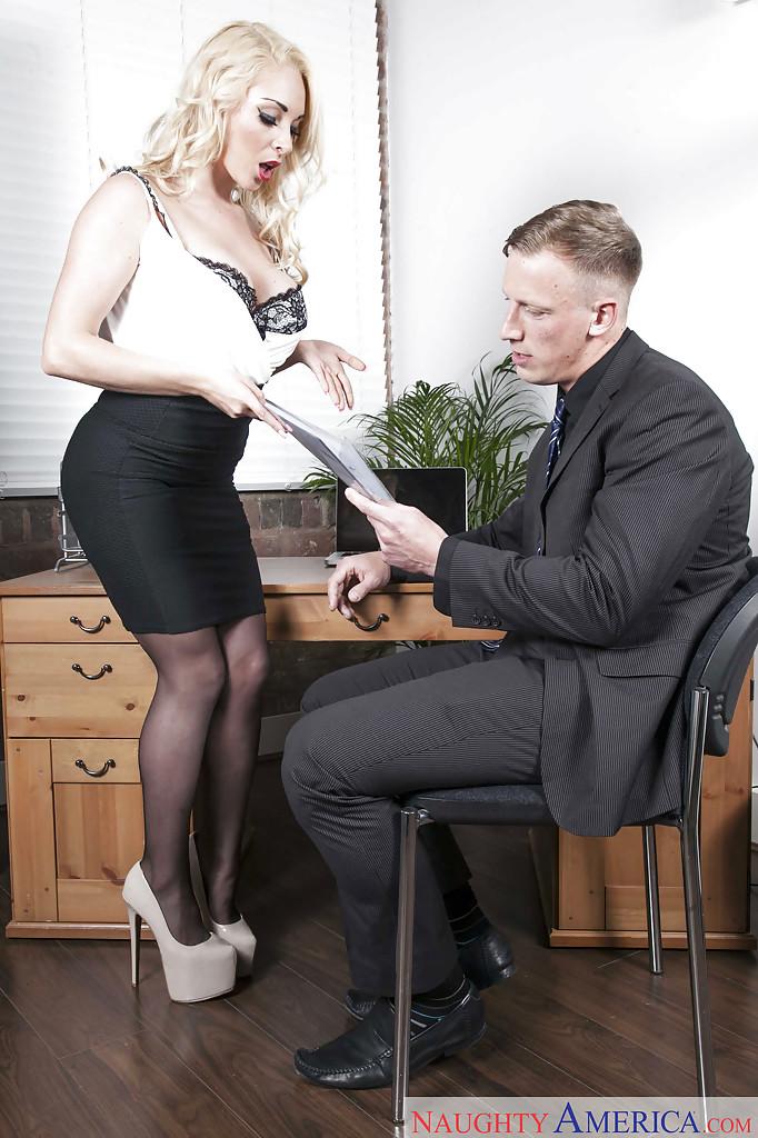 Офисный секс с обворожительной секретаршей в чулках