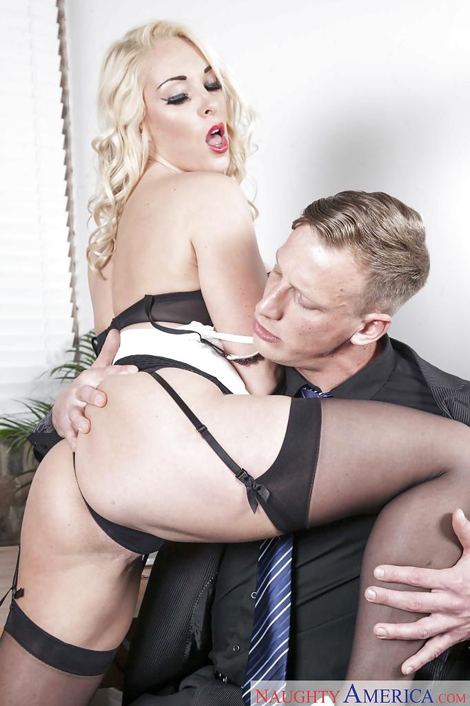 Соблазнительная секретарша хочет удовлетворить начальника