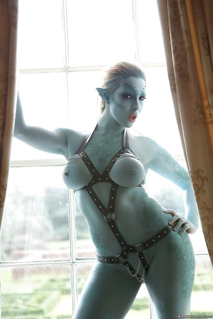 Сексуальная девушка Victoria Summers в роли фантастического героя