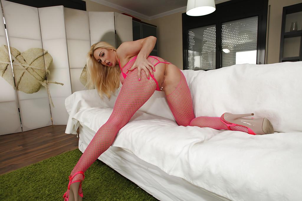 Жопастая блондинка в розовом эротическом наряде