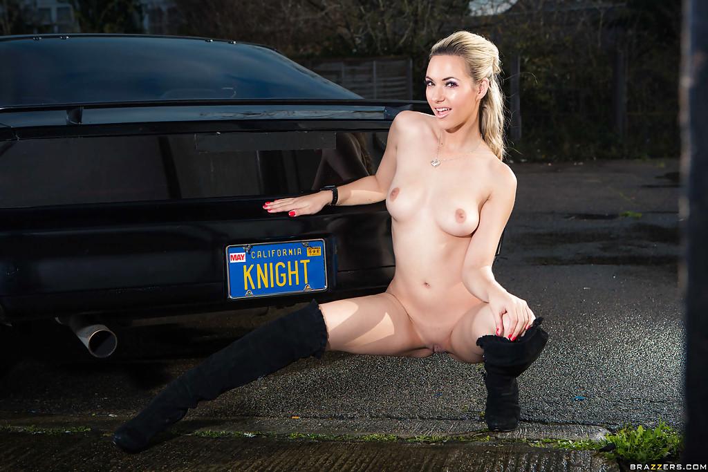 Обнаженная стройная блондинка позирует возле дорогого авто