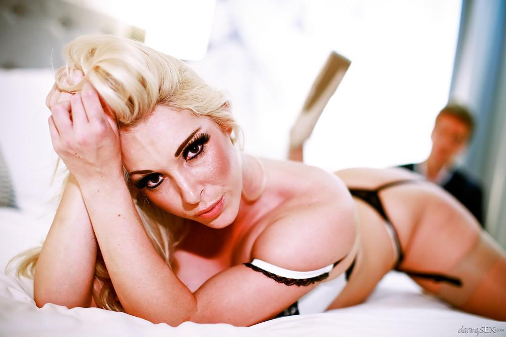 Ухоженная гламурная блондинка в красивом нижнем белье