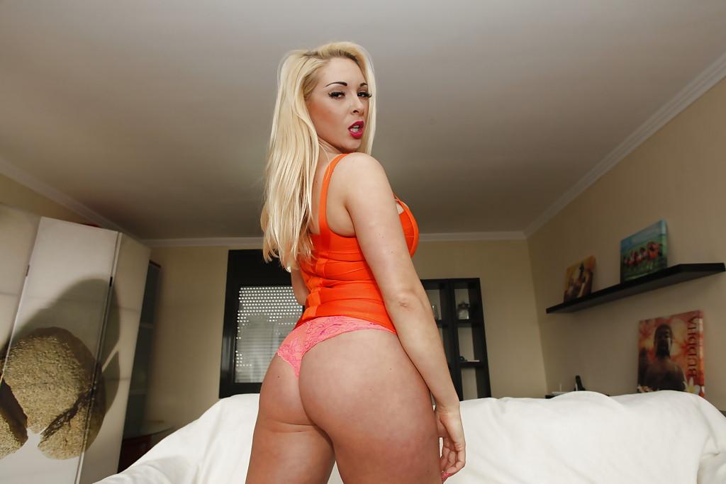 Шикарная блондинка с большой силиконовой грудью