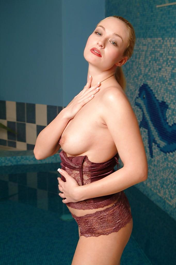 Фото сессия белокурой красавицы в закрытом бассейне