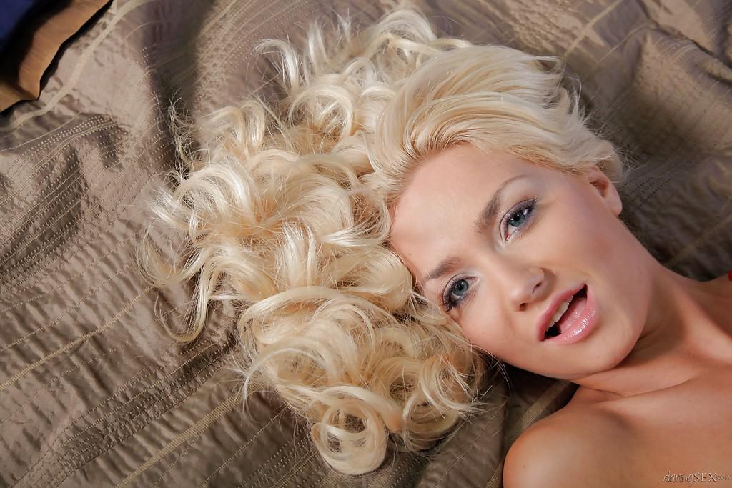 Гламурная кудрявая блондинка с красивой розовой киской