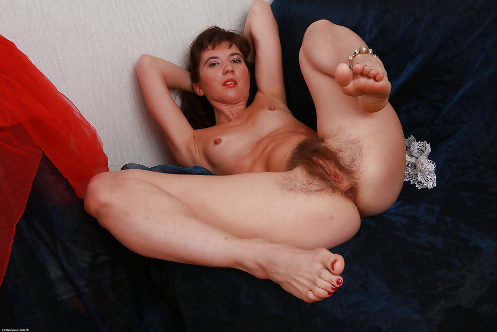 Волосатая вагинальная дырка зрелой брюнетки крупным планом