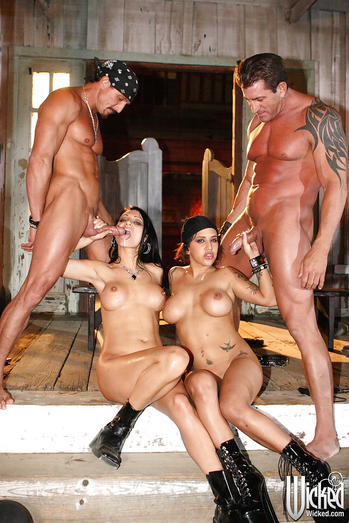 Мускулистые парни и горячие девушки устроили групповуху