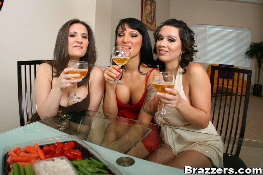 Три подружки сняли одежду друг с дружки