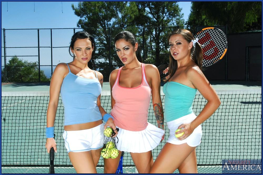Фото сессия трех сногсшибательных телок на теннисном корте