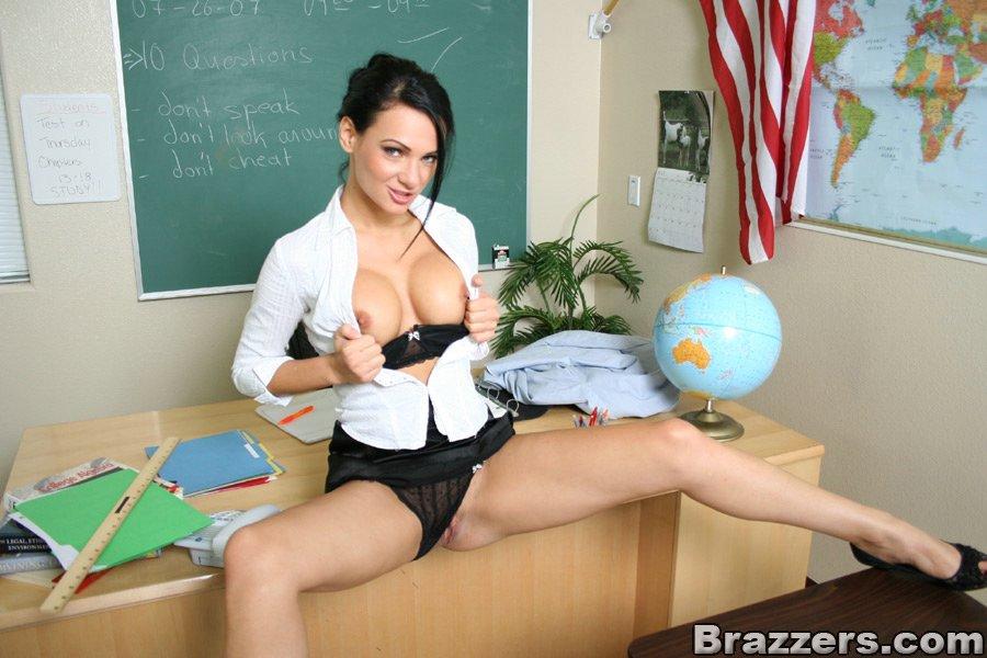 Сногсшибательная преподавательница захотела по мастурбировать в классе