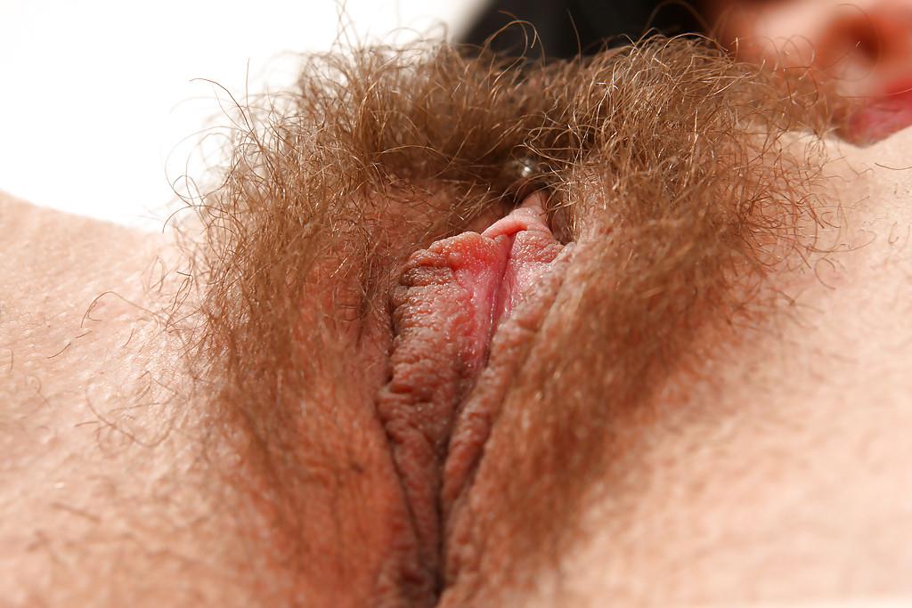 Брюнетка с волосатой дыркой стоит раком и улыбается