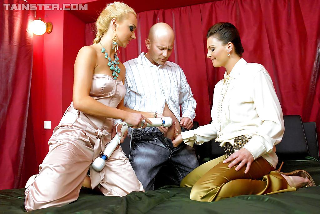 Половое сношение с двумя развратными девками на кровати