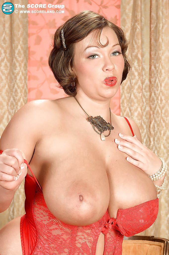 Улыбчивая дамочка показала с удовольствие большую грудь