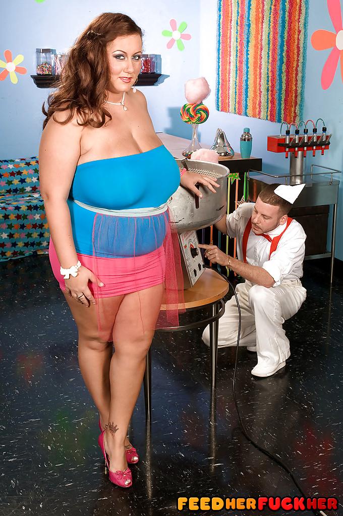 Толстая девушка развлекается с продавцом сладкой ваты