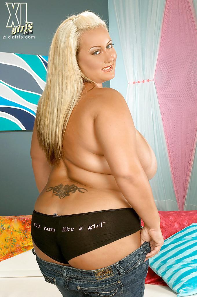 Блондинистая толстушка и ее здоровенные натуральные дойки