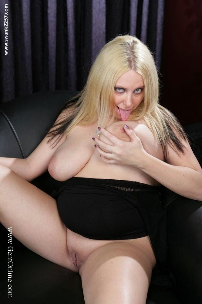 Пышная блондинка с огромной грудью Crystal Rose