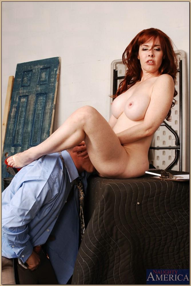 Паренек глубоко засовывает пенис в сладострастную дамочку