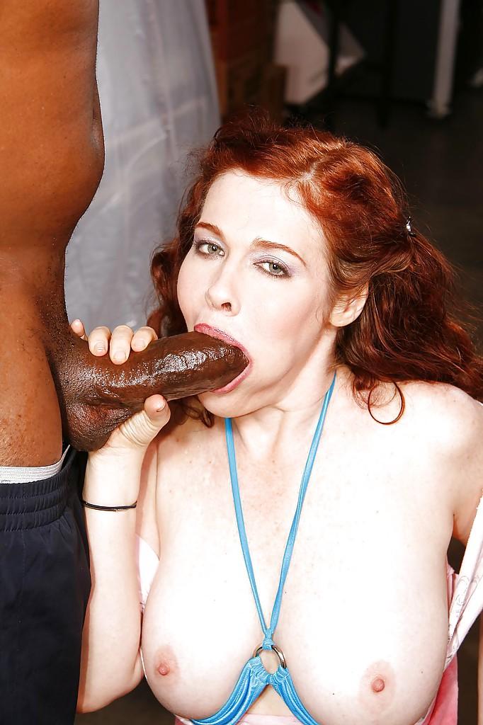 Темнокожий парень перчит аппетитную женщину
