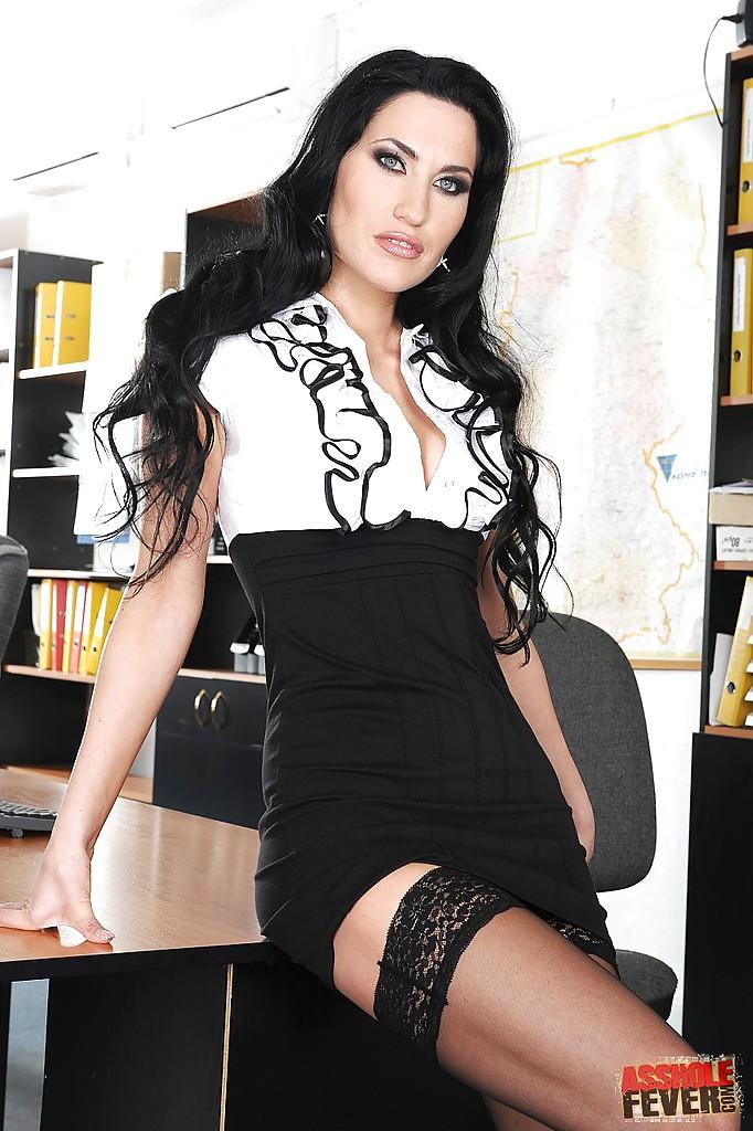 Шикарная секретарша в белом нижнем белье и черных чулках
