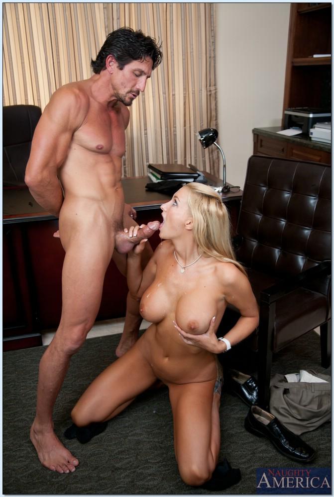 Начальник принимает на работу молоденькую блондинку