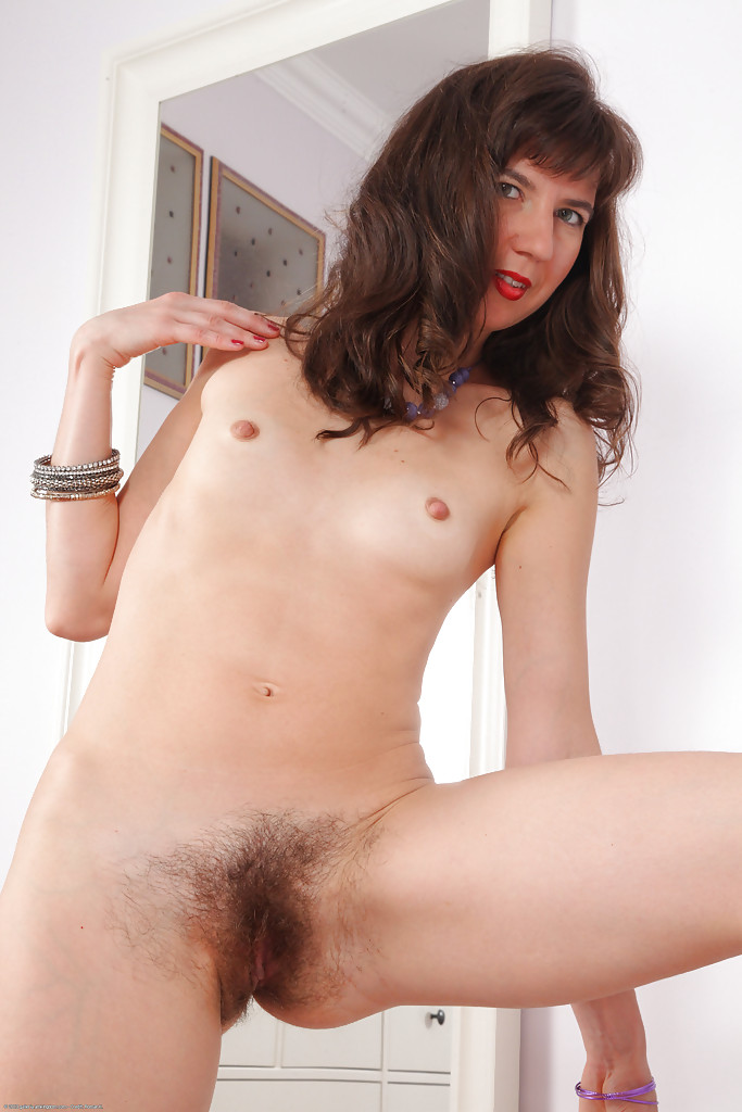 Волосатые дырки брюнетистой развратницы
