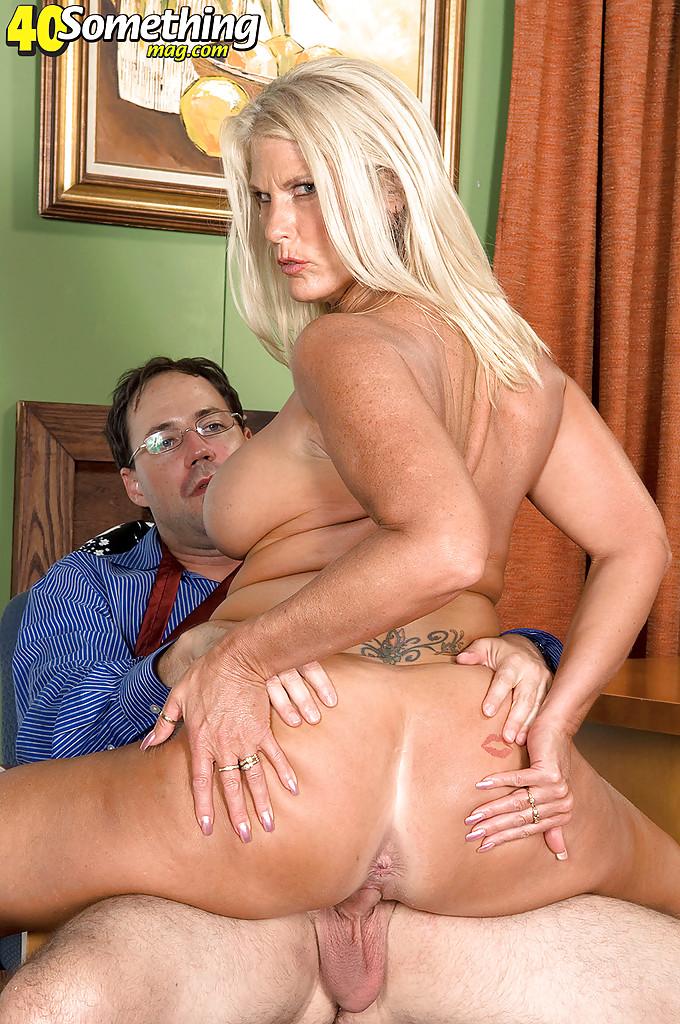 Старая блондинка уверенно садится пиздой на горячий член