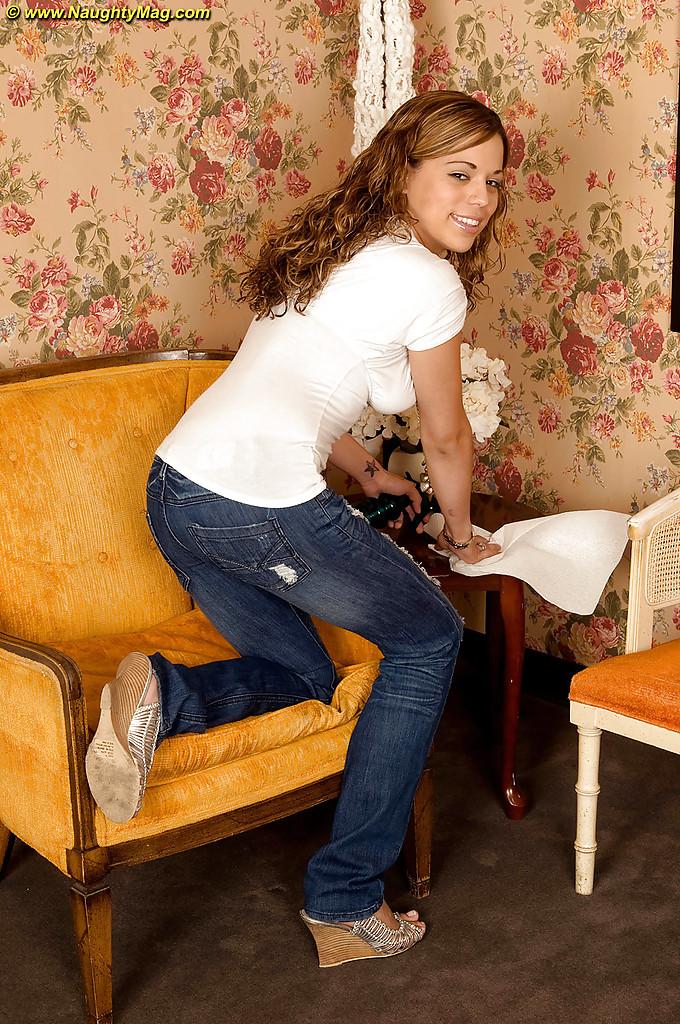Молоденькая девушка сняла джинсы и засунула руку в трусики