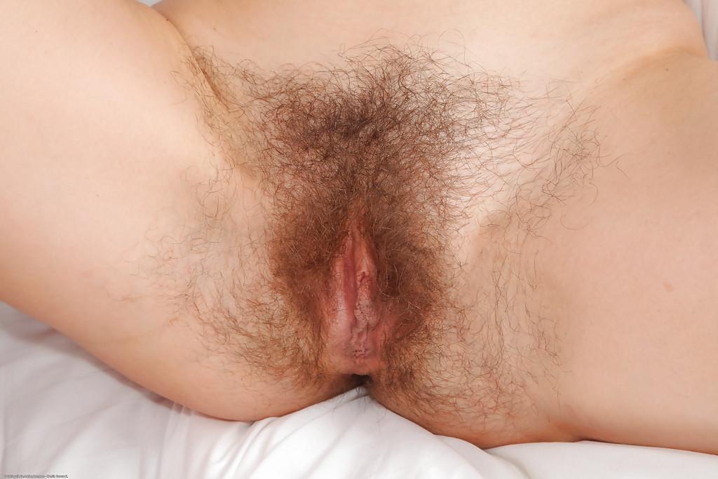 На кроватке бабенка показывает волосатую дырку