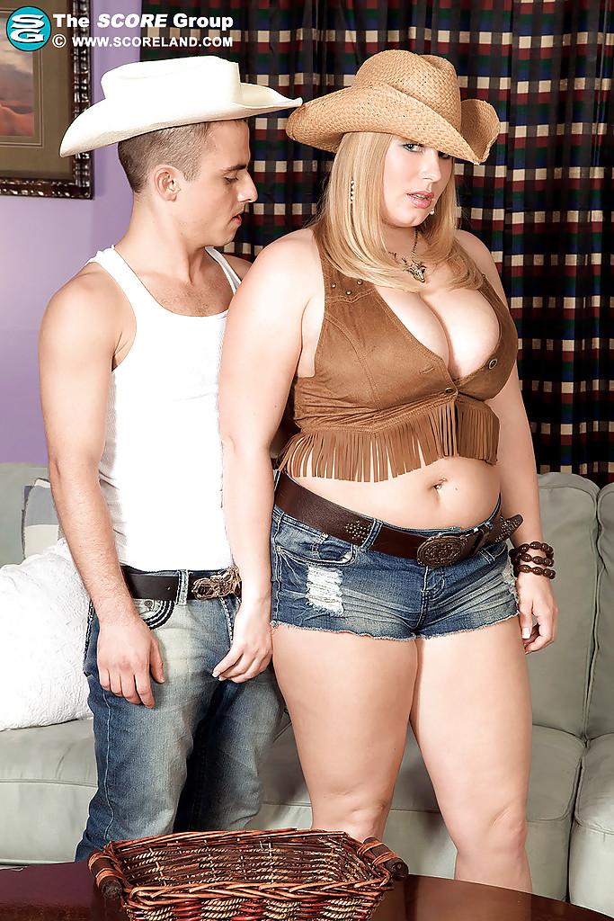 Молодой парнишка трахает женщину между больших сисек