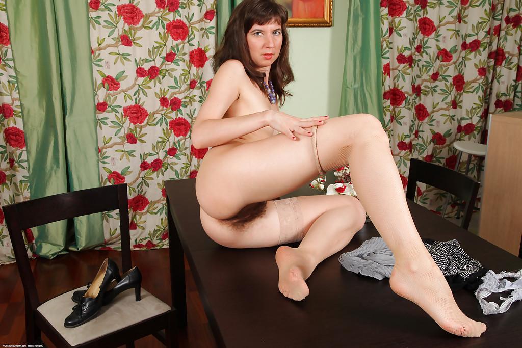 У худенькой бабенки между ног очень волосатая дыра