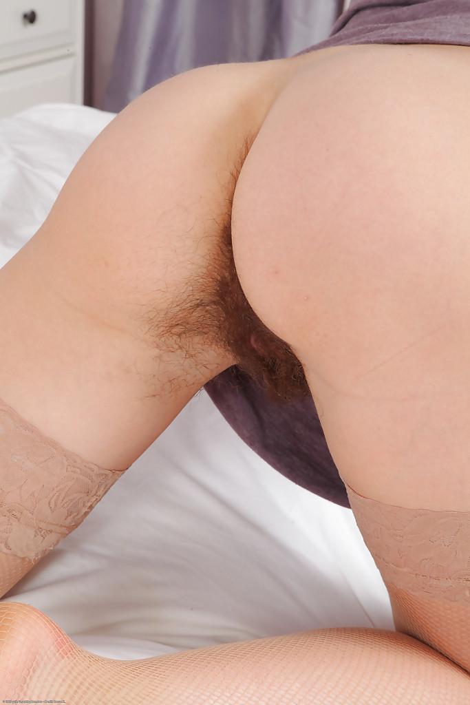 Волосатая дырка темноволосой бабенки крупным планом