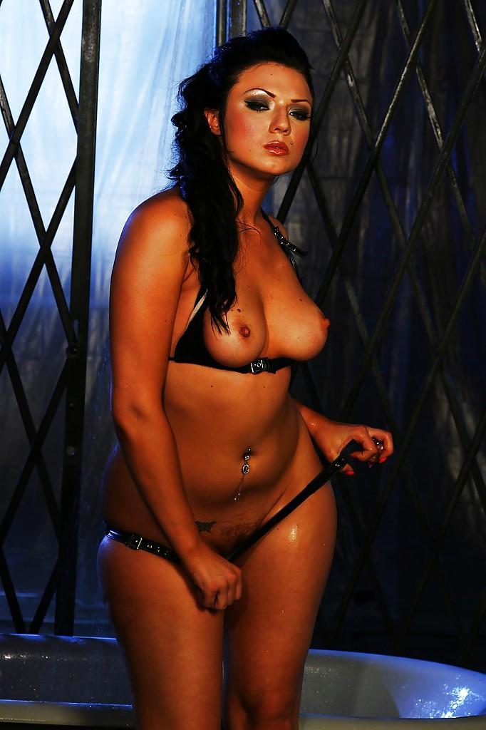 В ванной мастурбирует киску жгучая брюнетка Ava Rose