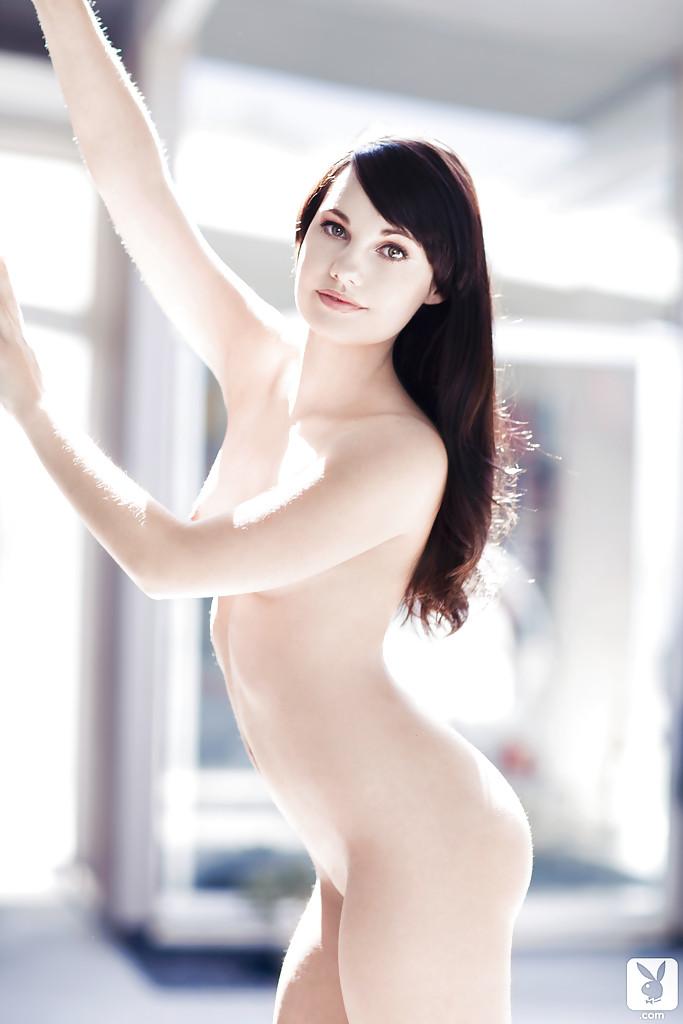 Нежная и чувственная брюнетка показала роскошное тело