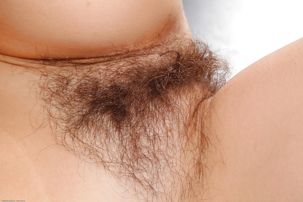 Не стесняется выставлять напоказ волосатую дырку