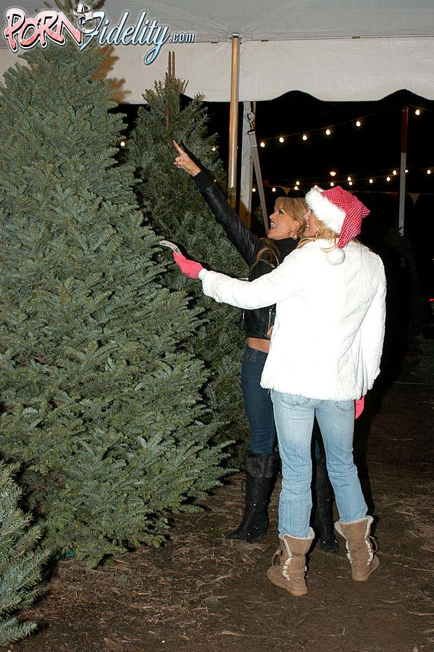 Трах с грудастыми блондинками возле новогодней елки