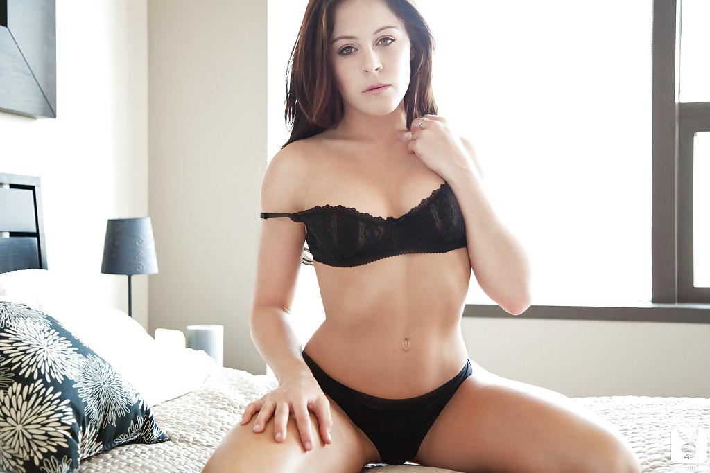Очень милая девушка в красивом нижнем белье черного цвета