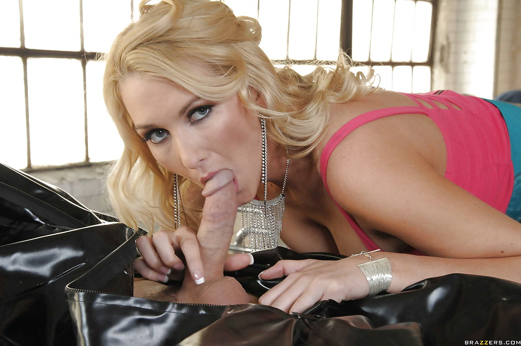 Гламурная блондинка садится на пенис после качественного минета