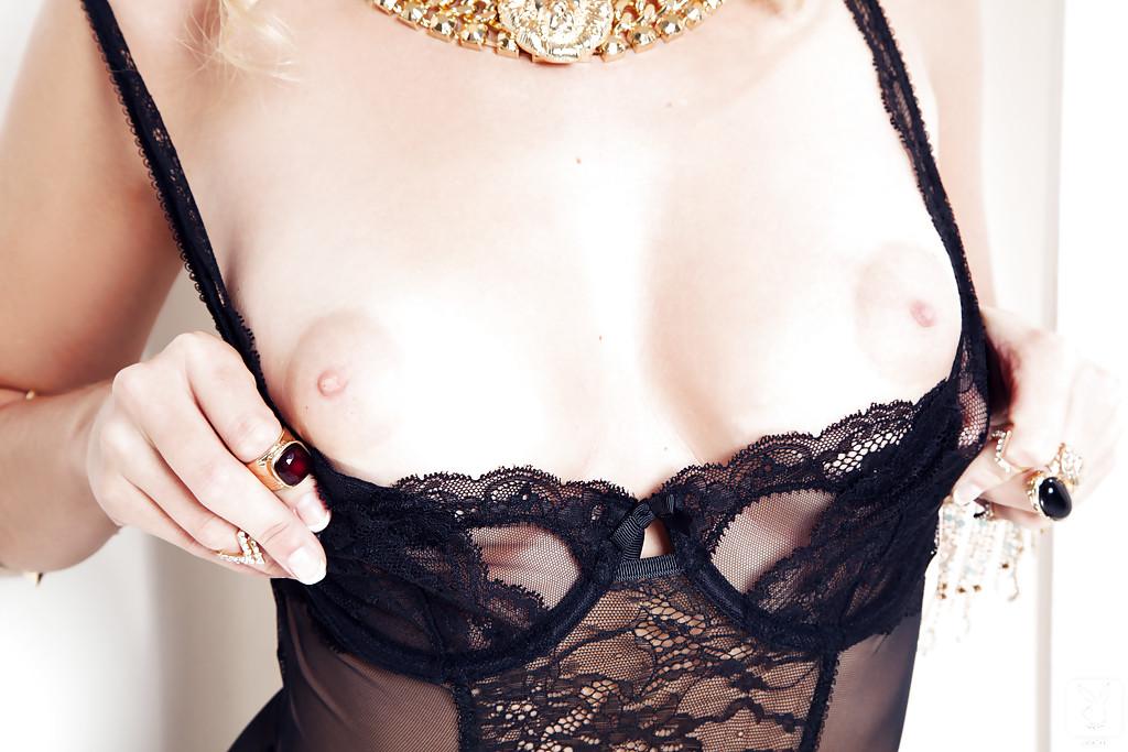 Очаровательной блондинке в чулках хочется мужской ласки