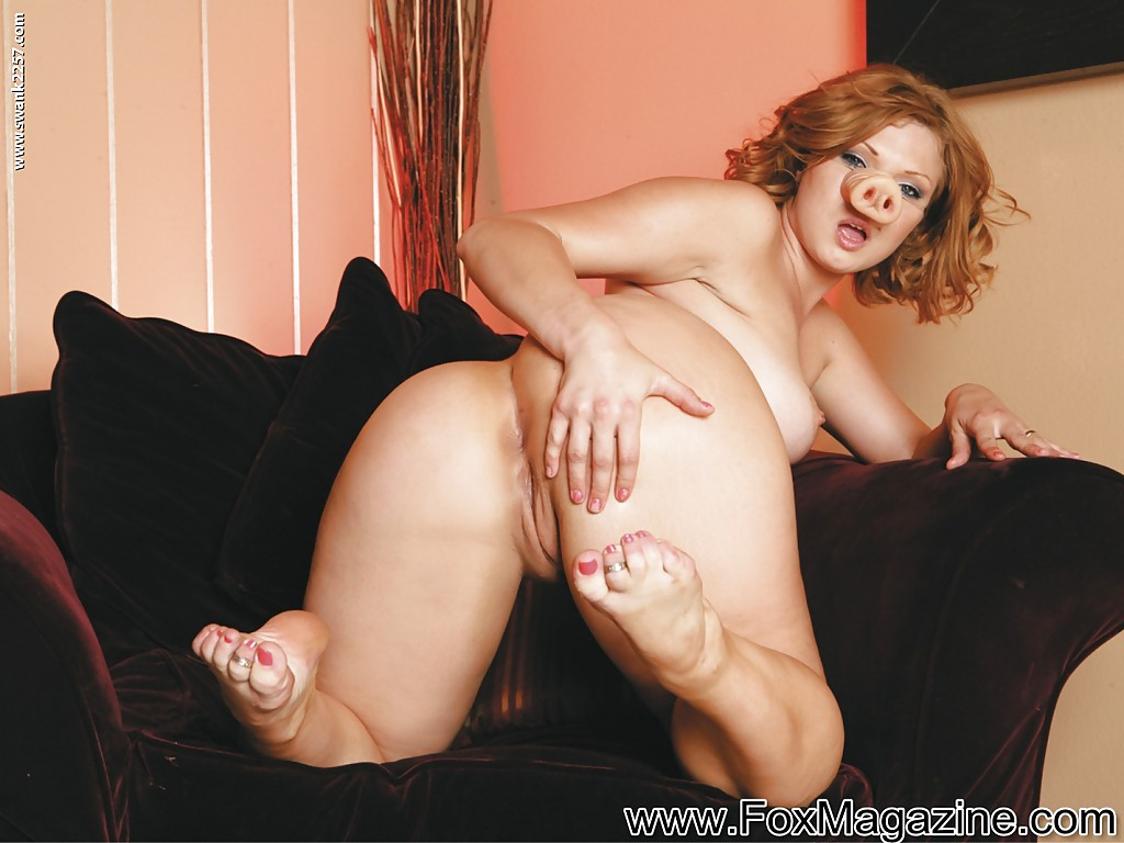 Горячо мастурбирует секс игрушками обе дырочки